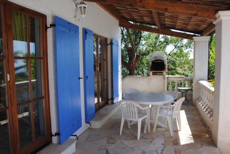Location de vacances - Villa à Saint-Cézaire-sur-Siagne - barbecue  coté chambre 1 et 2
