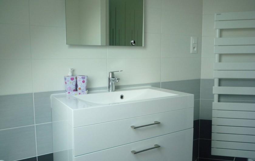 Location de vacances - Villa à Penvénan - SALLE DE BAINS A L'ETAGE (douche+baignoire)
