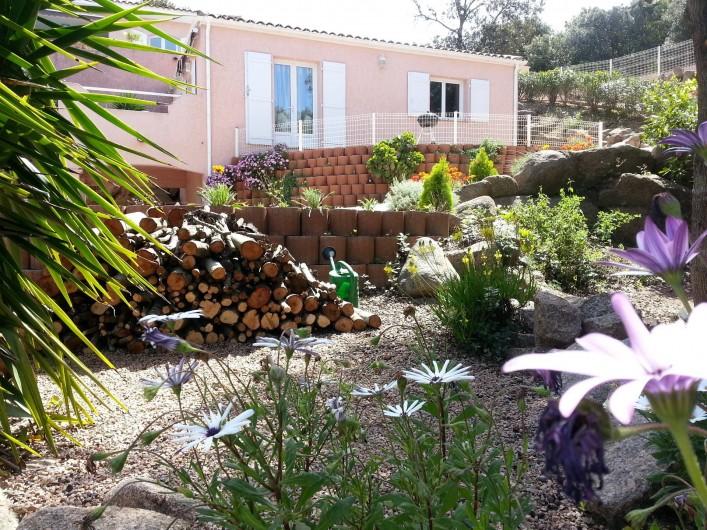 Location de vacances - Villa à Grosseto-Prugna - Jardin arboré.