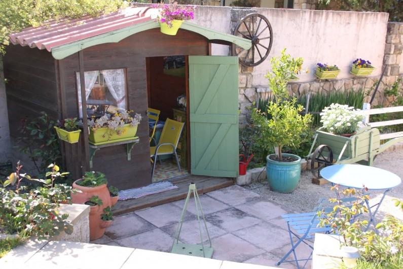 Location de vacances - Villa à Monteux - EXTERIEUR F jeux et cabane d'enfant dans le jardin
