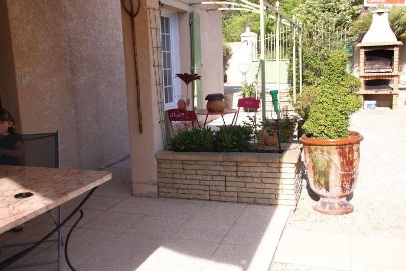 Location de vacances - Villa à Monteux - EXTERIEUR H terrasse couverte table et chaises extérieures