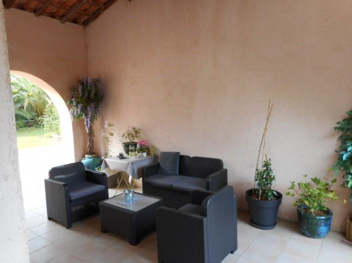 Location de vacances - Villa à Roquebrune-sur-Argens - Terrasse couverte entre les 2 parties de la villa avec table de ping pong