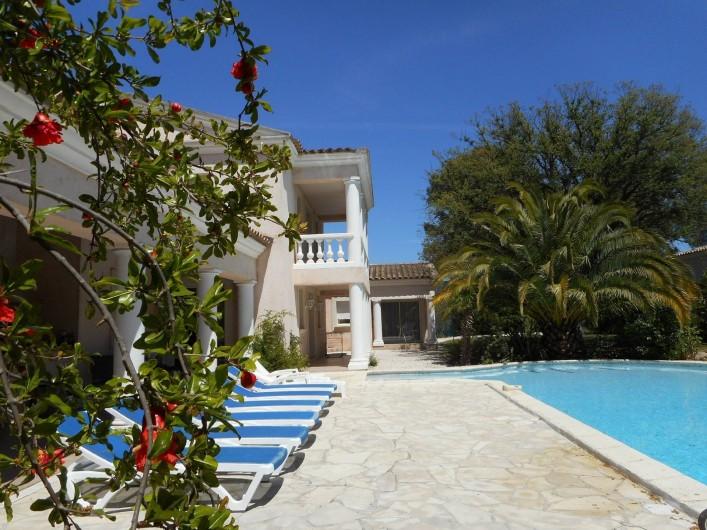 Location de vacances - Villa à Roquebrune-sur-Argens - Terrasse découverte avec transats
