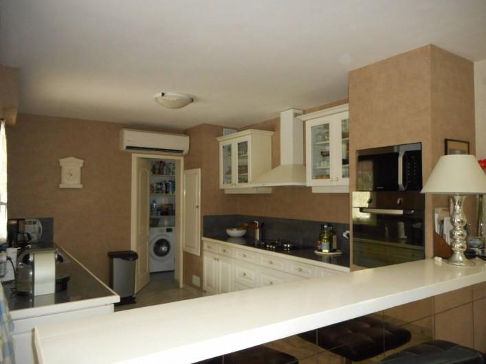 Location de vacances - Villa à Roquebrune-sur-Argens - Cuisine équipée US communiquant avec cellier