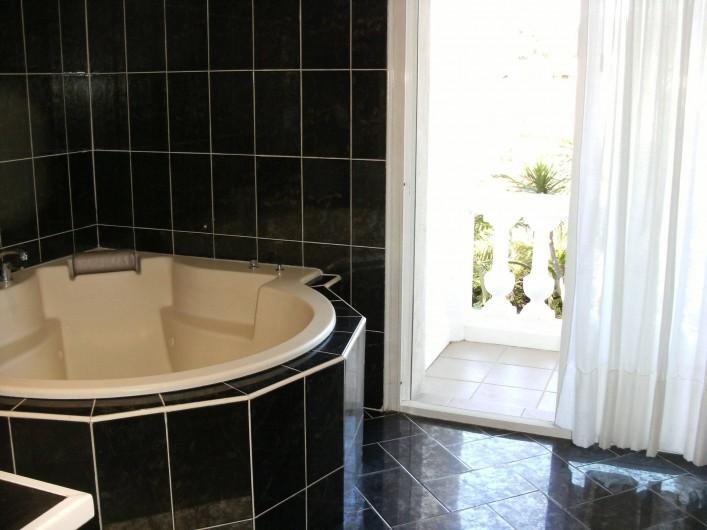 Location de vacances - Villa à Roquebrune-sur-Argens - Salle de bain N° 1 Grande baignoire balnéo + 2 vasques