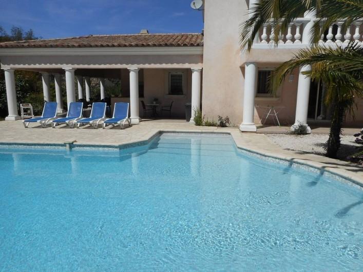 Location de vacances - Villa à Roquebrune-sur-Argens - Accès piscine grand escalier + alarme