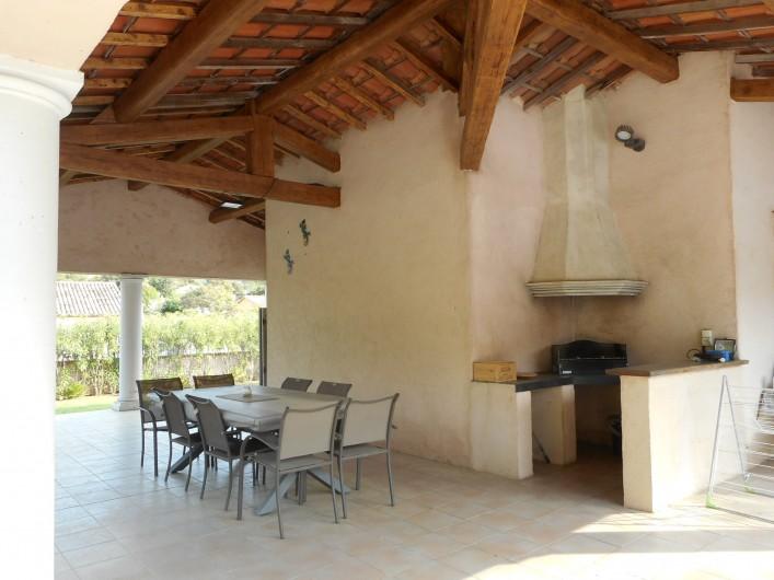 Location de vacances - Villa à Roquebrune-sur-Argens - Terrasse couverte avec plan bar  et plancha