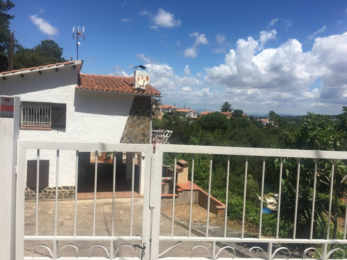 Location de vacances - Villa à Lloret de Mar - entrée portail pour voitures au fond barbecue .et chambre exterieure