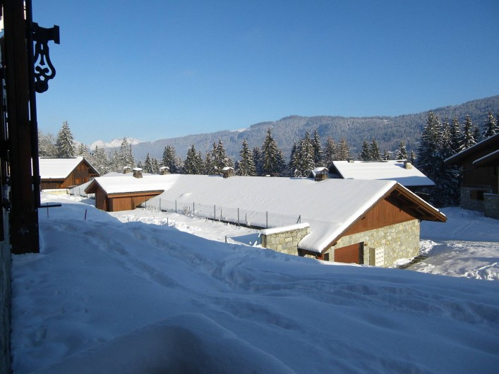Location de vacances - Appartement à Les Carroz d'Arâches - vue de la terrasse sur garage couvert