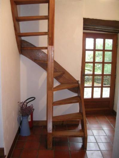 Location de vacances - Gîte à Saint-Victor-et-Melvieu - escalier en ormeau