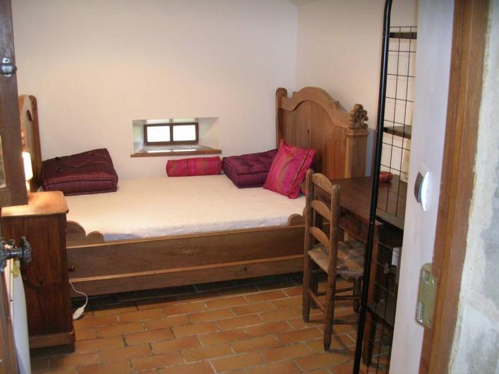 Location de vacances - Gîte à Saint-Victor-et-Melvieu - chambre 3 située dans la cour indépendante avec sa terrasse couverte