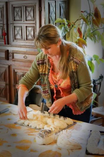 Location de vacances - Gîte à Saint-Victor-et-Melvieu - atelier pain avec Emilie