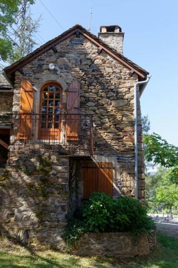 Location de vacances - Gîte à Saint-Victor-et-Melvieu - entrée côté cheminée