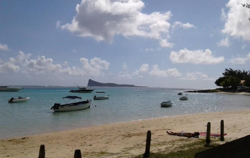 Location de vacances - Villa à Pereybere - plage ( ile coin de mire dans le fond )