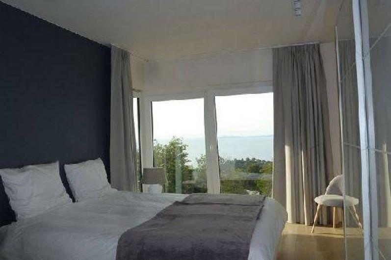 Location de vacances - Villa à Rayol-Canadel-sur-Mer - Chambre 1 au rez-de -chaussée avec salle de bain , douche et wc.