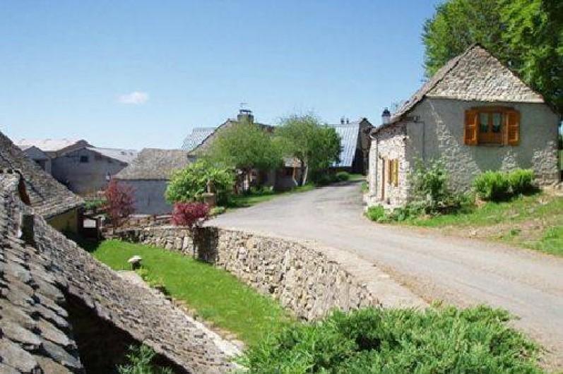 Location de vacances - Gîte à Saint-Pierre-de-Nogaret - Vue du gîte en arrivant de Bonnecombe...