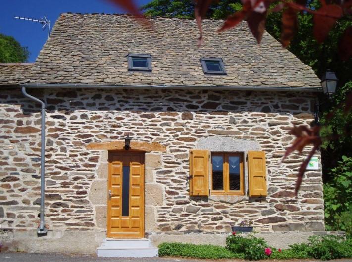 Location de vacances - Gîte à Saint-Pierre-de-Nogaret - La Forge, maison en pierres de pays et toiture en lauzes