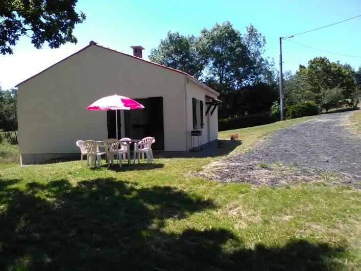 Location de vacances - Gîte à Bromont Lamothe - Exterieur : salon de jardin et barbecue
