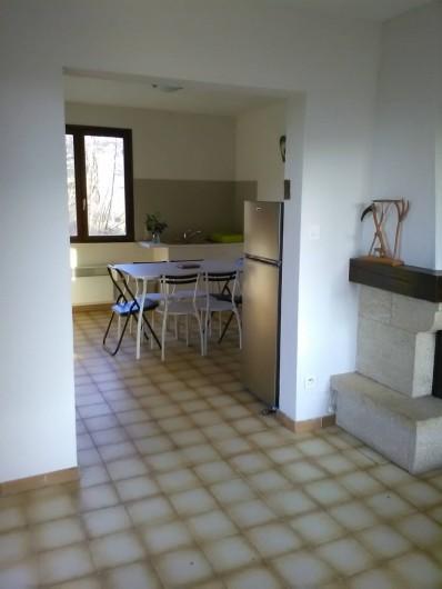 Location de vacances - Gîte à Bromont Lamothe - Vue de la cuisine depuis le salon