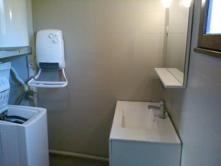 Location de vacances - Gîte à Bromont Lamothe - Salle d'eau à côté d'une douche italienne avec sèche-serviette + lave linge