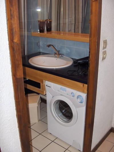 Location de vacances - Appartement à Samoëns - Salle de bain, sèche-cheveux, lave-linge