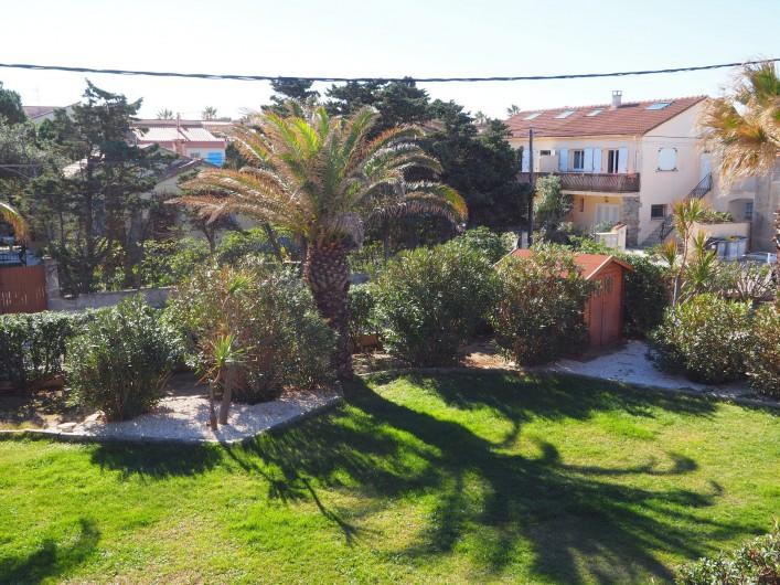 Location de vacances - Studio à Hyères - Face à la terrasse, le jardin et ses palmiers