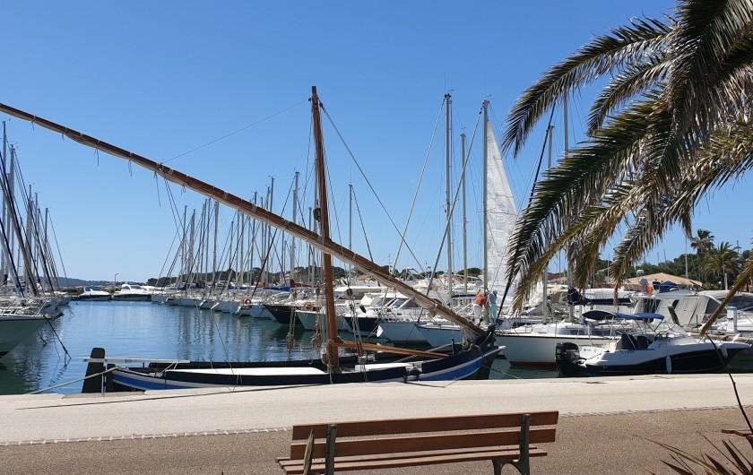 Location de vacances - Studio à Hyères - et si on continue le long de la mer...le Port de Hyères