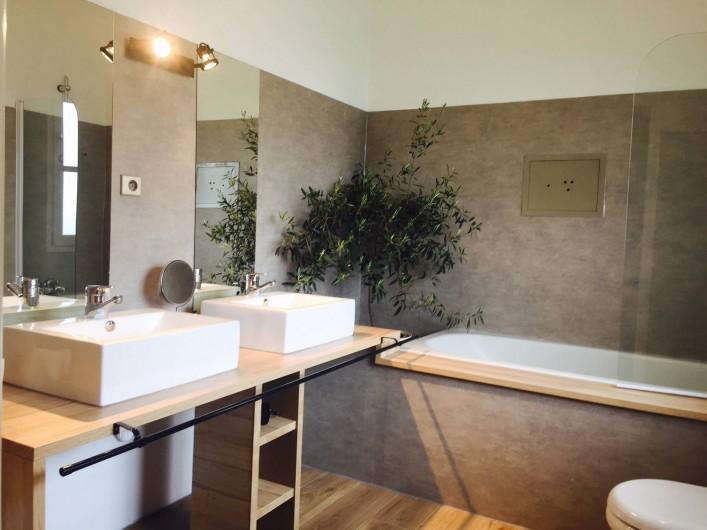 """Location de vacances - Villa à Sauvelade - Salle de bain   """" Voyez grand """""""