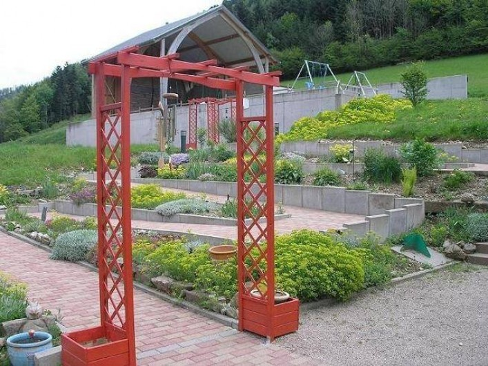 Location de vacances - Maison - Villa à Sainte-Marie-aux-Mines - jardin en pente douce avec cheminement