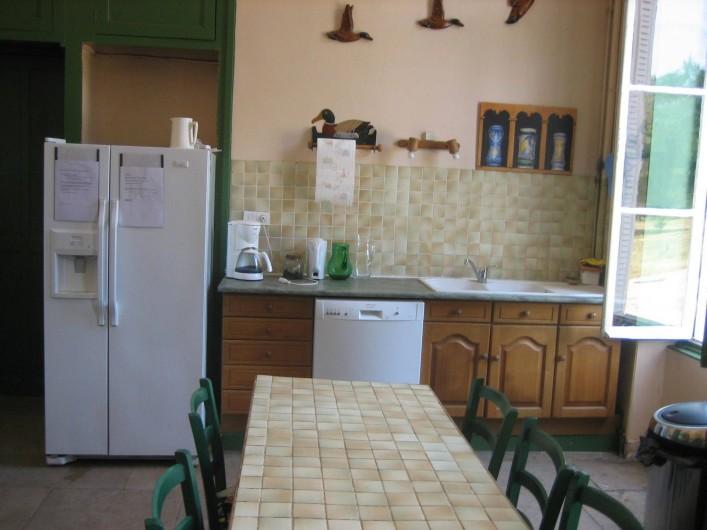 Location de vacances - Château - Manoir à Saint-Denis-de-l'Hôtel - cuisine  avec réfrigérateur americain et 2 machines à laver la vaissselle