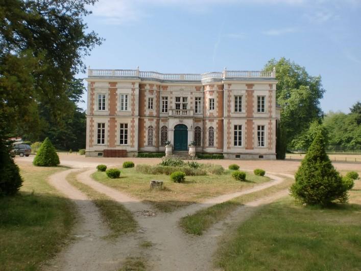 Location de vacances - Château - Manoir à Saint-Denis-de-l'Hôtel - Façade nord  arrivée