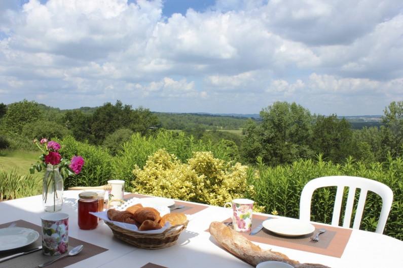 Location de vacances - Gîte à Hautefort - La terrasse avec la vue panoramique