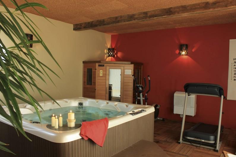 Location de vacances - Gîte à Hautefort - Salle détente: spa,sauna,matériel fitness, douche