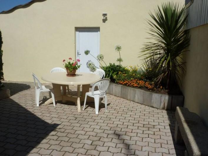 Location de vacances - Maison - Villa à Roscoff - Cour close ensoleillée avec jardinet