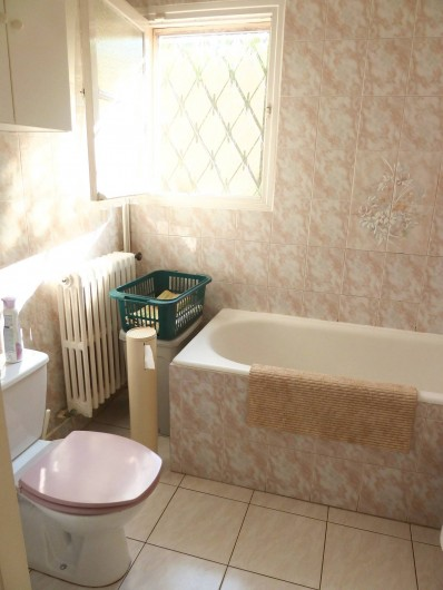 Location de vacances - Villa à Antibes - La salle de bain avec sa baignoire