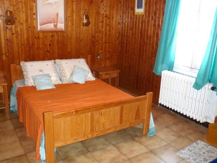 Location de vacances - Villa à Antibes - Le lit de la chambre principale