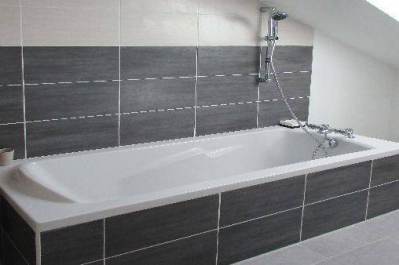 Location de vacances - Gîte à Mer - Une salle de bain avec baignoire et toilette