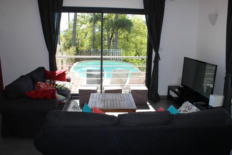 Location de vacances - Villa à Aubenas - séjour vue piscine