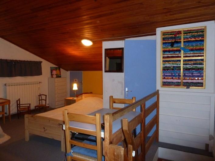 Location de vacances - Appartement à Les Angles - En haut de l'escalier, grande chambre