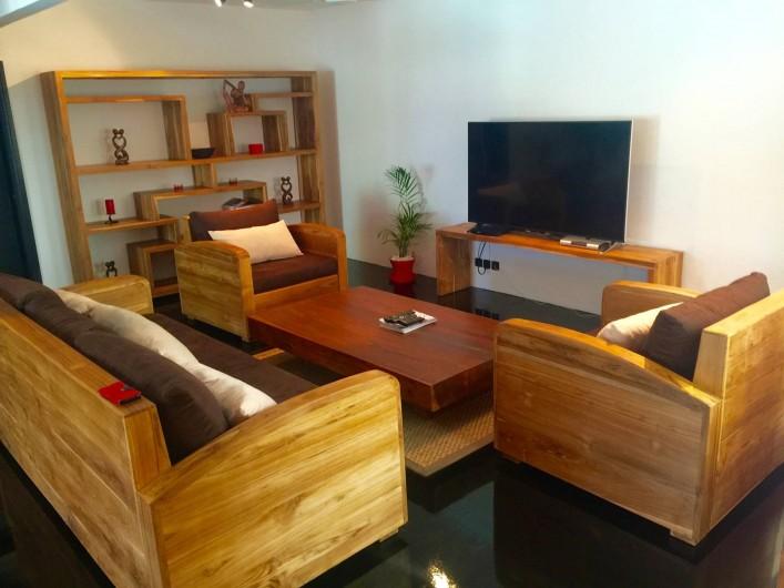 Location de vacances - Villa à Saint-Pierre - Coin télévision (écran plat de 160 cms) meubles en teck de Bali