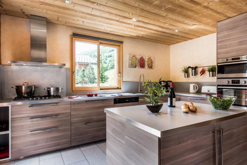 Location de vacances - Chalet à Les Menuires - Chalets-Lacuzon-cuisine ouverte bien équipée