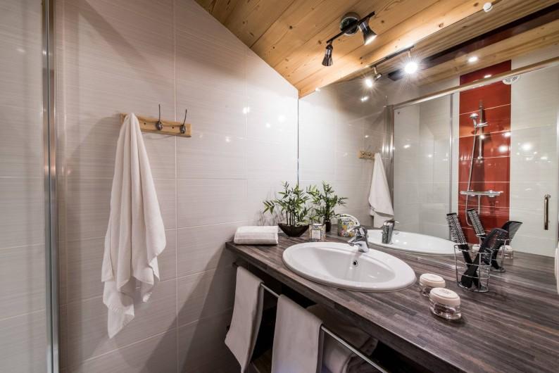 Location de vacances - Chalet à Les Menuires - Chalets-Lacuzon-cabine de douche dans chaque chambre