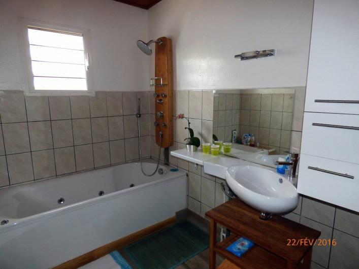 Location de vacances - Chalet à Le Tampon - Salle de bain bien équipé avec les serviettes / sèche serviette / baignoire