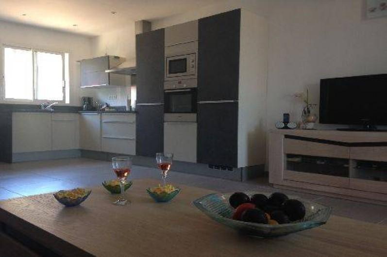 Location de vacances - Villa à Porto-Vecchio - Notre cuisine Mobalpa avec lave vaissele, congélateur, micro-ondes, four ....