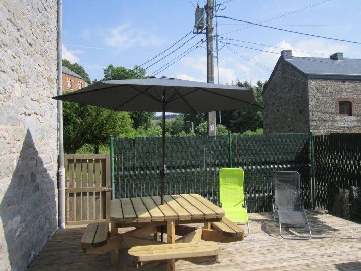 Location de vacances - Gîte à Forrières - Table de jardin et fauteuils