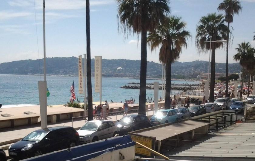 Location de vacances - Appartement à Juan les Pins - Vue du balcon, mer et Cannes