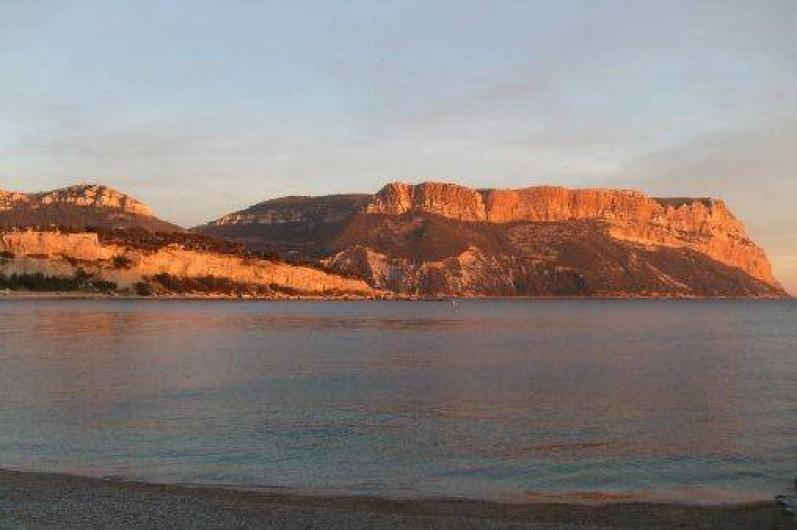 Location de vacances - Appartement à Cassis - couché de soleil sur le cap Canaille de la plage
