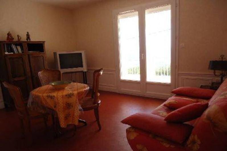 Location de vacances - Appartement à Cassis - le salon  est rénové photo ancienne  Téléviseur mis avec écran plat