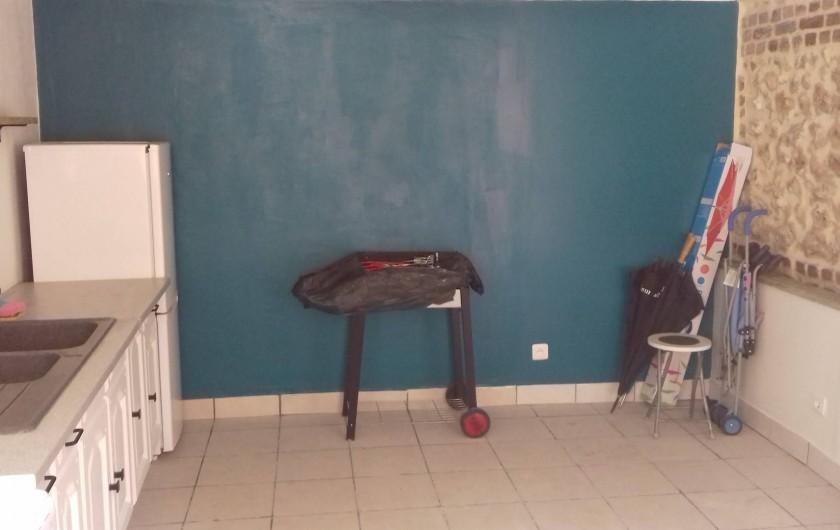 Location de vacances - Gîte à Fécamp - cuisine d'été avec réfrigérateur/congélateur, lave-linge, cuisinière.