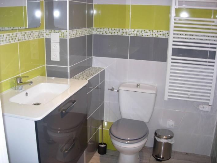 Location de vacances - Gîte à Fécamp - salle de bain (1)  avec lavabo, wc, douche italienne.